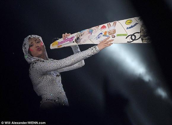 Miley Cyrus vo tu gia hut can sa truoc hang nghin khan gia hinh anh 2