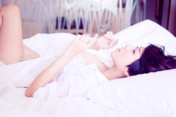 Sao Viet mac so mi giau quan khoe net sexy khi lam MV hinh anh 6 Yumi Dương không ngại khoe đường cong lấp ló chỉ với bộ đồ nội y mặc bên trong áo sơ mi cài cúc hờ và diễn xuất trên giường. Cô cũng có nhiều cảnh diễn khá nóng bỏng bên bạn diễn nam.