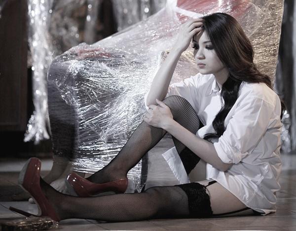 Sao Viet mac so mi giau quan khoe net sexy khi lam MV hinh anh 11 Cựu hot girl Thủy Top có sự biến tấu với mốt giấu quần bằng cách diện thêm quần tất dây nịt gợi cảm khi diễn xuất trong MV Mặc kệ.