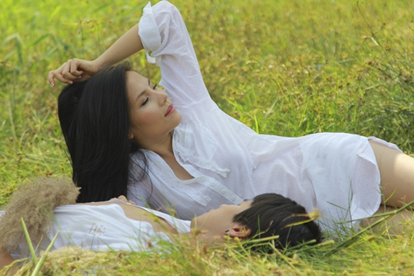 Sao Viet mac so mi giau quan khoe net sexy khi lam MV hinh anh 14 Trong MV, nhân vật của Mai Trang nhớ lại những kỷ niệm hạnh phúc bên người yêu trên cánh đồng lau. Trong cảnh quay này cô chỉ mặc áo sơ mi trắng rộng nằm đùa giỡn bên bạn trai.