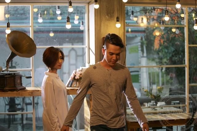Sao Viet mac so mi giau quan khoe net sexy khi lam MV hinh anh 4 Ngoài những trang phục theo phong cách đáng yêu, ngọt ngào, Hòa Minzy còn thử sức với mốt giấu quần trong chiếc sơ mi trắng.