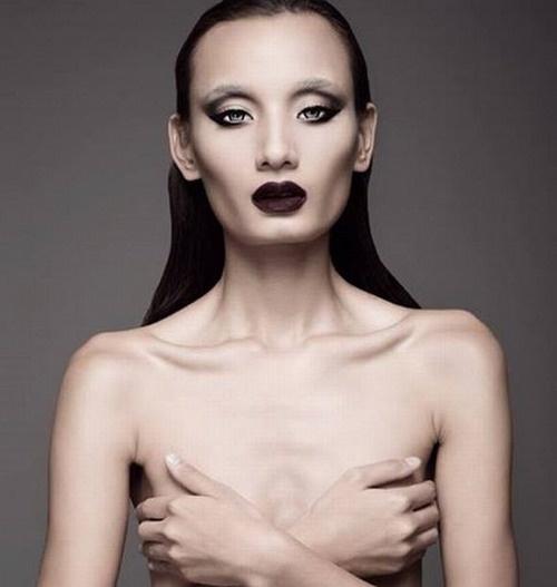 Nhung my nhan Viet thieu suc song vi qua gay go hinh anh 2 Người mẫu đi lên từ cuộc thi Vietnam's Next Top Model cũng từng bán nude nhưng bị chê vì phong cách trang điểm đậm khiến cô bị ví như người ngoài hành tinh.