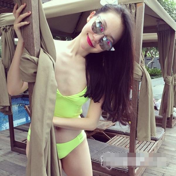 Nhung my nhan Viet thieu suc song vi qua gay go hinh anh 10 Trong bộ bikini bắt mắt nhưng Linh Nga khó gợi cảm vì xương ngực trơ, vòng 1 dường như biến mất và cánh tay nhỏ nhắn.