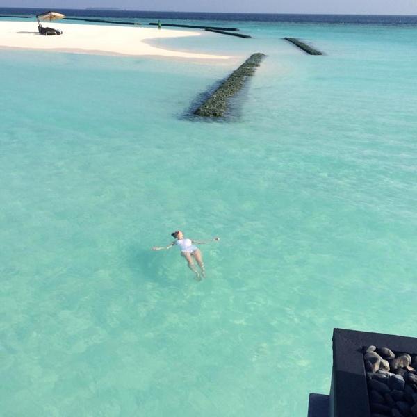 Nữ ca sĩ Trà My Idol thả người theo làn nước biển trong dịp đi du lịch cùng chồng sắp cưới vào đầu năm 2014. Một đặc điểm ấn tượng nữa ở Maldives là làn nước trong xanh ngắt, có thể nhìn xuyên thấu cả những rạn san hô đầy màu sắc.