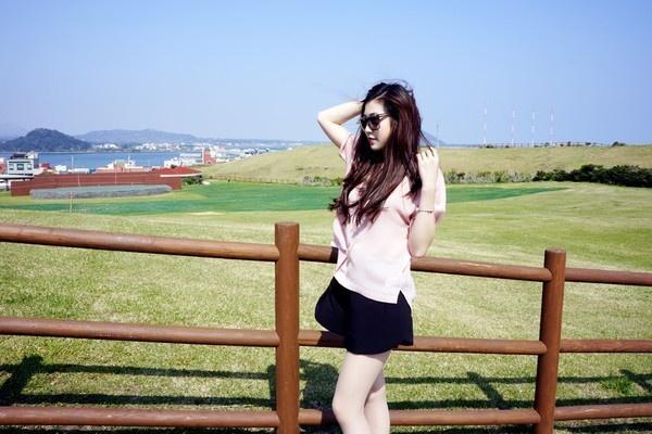 Tháng 4/2014, Á hậu Việt Nam 2012 Dương Tú Anh tới Hàn Quốc du lịch, cô không quen ghé qua đảo Jeju – địa điểm nổi tiếng với các du khách quốc tế khi đến xứ sở kim chi. Jeju mang không khí yên bình của biển cả và đồi núi, đây là nơi nhiều bộ phim truyền hình Hàn Quốc đến ghi hình như Bản tình ca mùa đông, Nàng Dae Jang Geung,… Nơi Tú Anh đứng là con đường đi bộ Olle trải dọc theo bờ phía Nam hòn đảo.