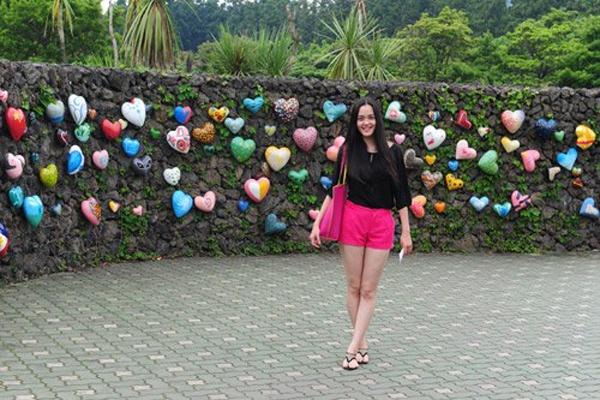 """Đầu năm ngoái, Á hậu Hoàng Anh tới Hàn Quốc trong một dự án du lịch, cô có dịp khám phá đảo Jeju. Hoàng Anh chụp ảnh tại Love Land - công viên giáo dục giới tính, nơi khiến không ít khách du lịch cũng phải """"đỏ mặt""""."""