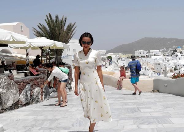 Tháng 6/2013, nữ diễn viên Hồng Ánh có chuyến đi tới Pháp và Hy Lạp. Dừng chân ở Hy Lạp, Hồng Ánh tới thăm làng Oia – ngôi làng đẹp nhất thành phố Santorini nằm trên hòn đảo Santorini. Oia là nơi bộ phim ca nhạc Mama Mia quay tại đây. Đặc điểm của làng Oia là những ngôi nhà nhỏ nhắn sơn 2 màu trắng và xanh nước biển.