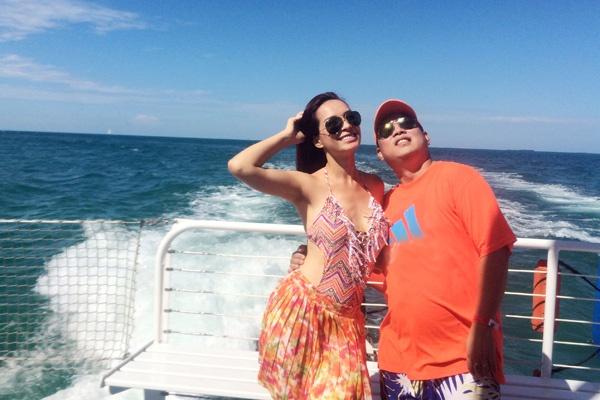 Vào tháng 6 vừa qua, vợ chồng cựu người mẫu, giám khảo Thúy Hạnh – nhạc sĩ Minh Khang đi du lịch tới bang Florida của Mỹ, họ thăm thú các địa điểm nổi tiếng như thành phố Miami và đảo Key West. Từng được bình chọn là hòn đảo đẹp nhất nước Mỹ, Key West có nhiều hòn đảo được nối với nhau bằng đường cao tốc xuyên biển.