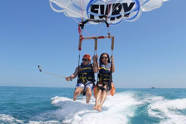 Thúy Hạnh tiết lộ, đảo Key West nằm ở cực nam Mỹ  là thánh địa của giới lặn và đánh bắt cá thể thao. Vợ chồng cô tranh thủ trải nghiệm nhiều trò chơi cảm giác mạnh trên biển tại đây.