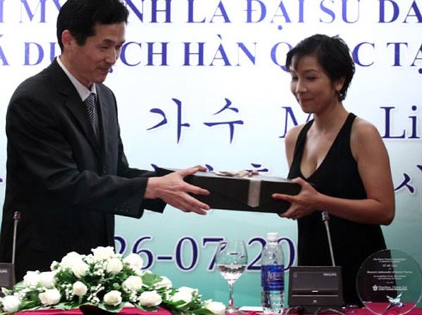 Trong thời gian được bổ nhiệm, diva tóc ngắn tham gia vận động bầu chọn đảo Jeju của Hàn Quốc và vịnh Hạ Long của Việt Nam nằm trong 7 kỳ quan thiên nhiên thế giới mới. Mỹ Linh là một trong số 17 Đại sứ danh dự được chính phủ Hàn Quốc lựa chọn để quảng bá du lịch xứ sở kim chi ở các quốc gia và vùng lãnh thổ.