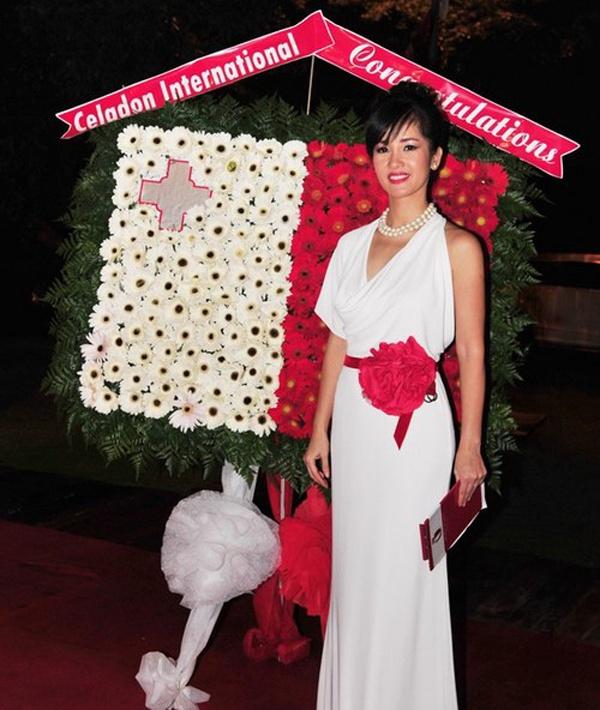 """Cũng với thành tích ca hát dày dặn và hình ảnh trong sạch, tháng 9/2011 diva Hồng Nhung nhận chức vụ Tùy viên Văn hóa và Du lịch nước Cộng hòa Malta tại Việt Nam. Trong vai trò mới, """"cô Bống"""" là người phát ngôn chính về văn hóa, du lịch của quốc đảo nằm giữa Địa Trung Hải."""