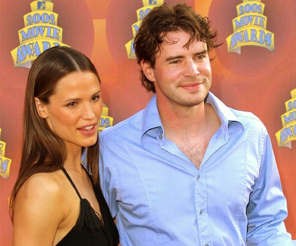 """Nhung cap sao chia hai nga vi ap luc noi tieng hinh anh 2 Vài năm sau, khi series phim Alias của Jen thành công vang dội, cô trở thành ngôi sao được nhiều người biết đến. Tuy nhiên tới 2004, Jen và Scott ly dị. Trong cuộc phỏng vấn với tạp chí People, nam diễn viên ám chỉ lý do đằng sau cuộc hôn nhân đổ vỡ. Anh nói: """"Jennifer trở thành một ngôi sao lớn và cô ấy xứng đáng với những gì đã gặt hái được"""". Theo Scott, những yêu cầu của một người vợ nổi tiếng là thứ mà anh muốn."""