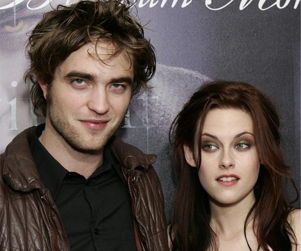 """Nhung cap sao chia hai nga vi ap luc noi tieng hinh anh 7 Cặp đôi """"phim giả tình thật"""" Kristen Stewart - Robert Pattinson đã giấu diếm chuyện hẹn hò mãi cho tới khi scandal lừa dối của Kristen, cô mới thừa nhận yêu tài tử người Anh. Vốn là những người không thích đời tư bị chú ý, trong suốt gần 5 năm yêu nhau, đôi uyên ương Twilight khiến giới truyền thông vất vả để săn cho được những bức ảnh họ tình tứ."""