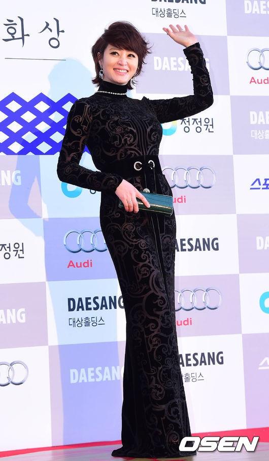Kim Hye Soo kín cổng cao tường nhưng vẫn khoe được đường cong như mọi khi.