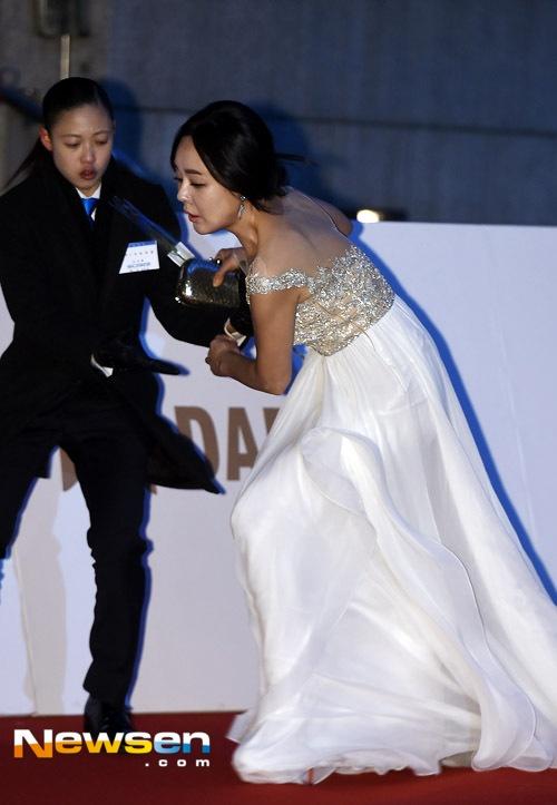 Kim Yunjin bị vấp ngã...