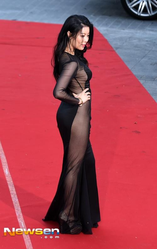 No Soo Ram gây chú ý với bộ váy chất liệu xuyên thấu hai bên hông.