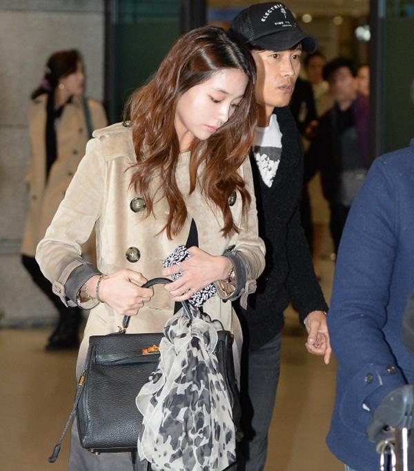 Tài tử xứ Hàn diện trang phục tối màu giản dị, gương mặt có phần hốc hác, còn bà xã Lee Min Jung đi bên cạnh anh mặc đồ ấm áp, cô xách chiếc túi to che đi bụng bầu đang dần lộ rõ.