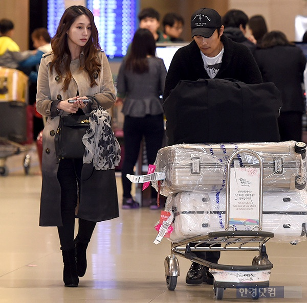 Ở giai đoạn giữa của thai kỳ, nữ diễn viên Vườn sao băng không tăng cân nhiều, cô để tóc xõa, trang điểm tự nhiên. Lee Min Jung khá căng thẳng trước sự săn đón của báo giới khi hay tin vợ chồng cô về nước.