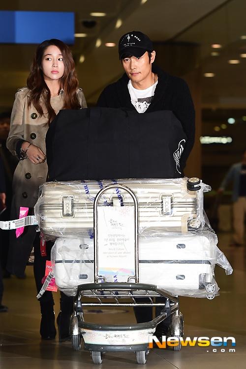 Sáng 26/2, vợ chồng diễn viên Lee Byung Hun – Lee Min Jung có mặt tại sân bay quốc tế Incheon. Họ vừa trở về sau chuyến nghỉ ngơi dài 4 tháng ở Mỹ. Đây cũng là lần đầu tiên Lee Byung Hun xuất hiện cùng vợ trước báo giới kể từ scandal ngoại tình – tống tiền năm ngoái.