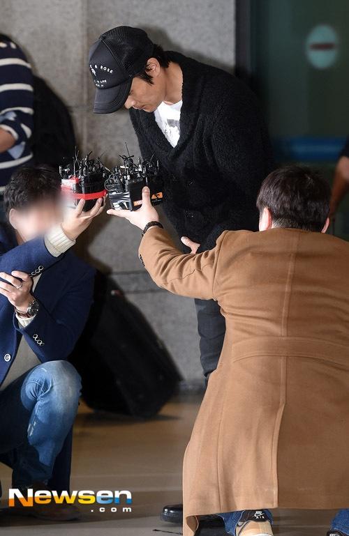 """Cũng ngay tại sân bay, khi được các phóng viên theo sát, Lee Byung Hun cúi đầu tạ lỗi vì những sai lầm anh gây ra trong thời gian qua. Tài tử I Saw The Devil nói: """"Tôi xin lỗi vì đã không thể xin lỗi sớm hơn. Là một người của công chúng, tôi đã khiến mọi người thất vọng, gây ra sự bất tiện quá lớn, tôi đã làm tổn thương nhiều người""""."""