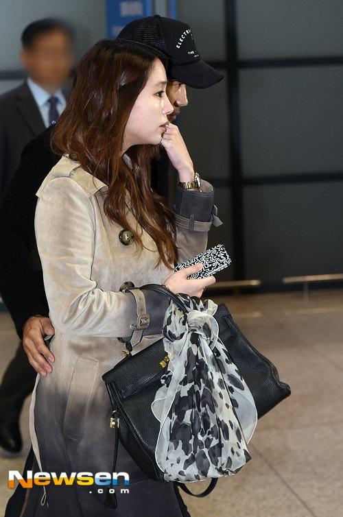 Lee Byung Hun luôn theo sát bên vợ bầu, cặp đôi dự kiến sẽ chào đón đứa con đầu lòng vào tháng 4 tới. Cách đây không lâu, Lee Byung Hun đệ đơn xin giảm án cho ca sĩ Dahee và người mẫu Lee Ji Yeon – 2 người đã tống tiền anh, trong đó Lee Ji Yeon là người tình mà Lee Byung Hun qua lại dù đã lập gia đình.