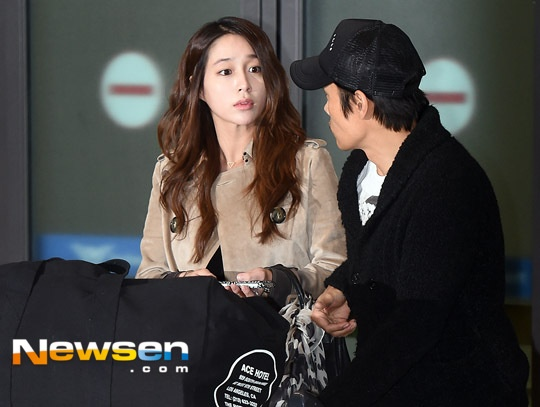 Lee Byung Hun luôn theo sát bên vợ bầu, cặp đôi dự kiến sẽ chào đón đứa con đầu lòng vào tháng 4 tới.