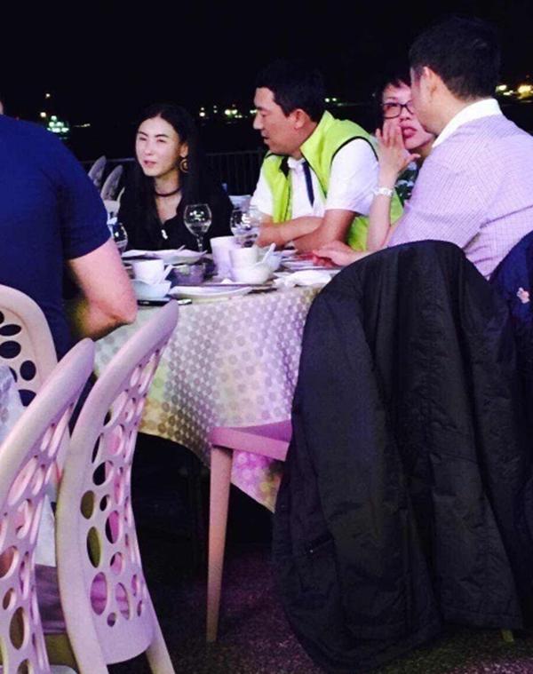 Truong Ba Chi hen ho dai gia co dinh xa hoi den o Singapore hinh anh 2 Cô trò chuyện rất vui vẻ với đại gia này.