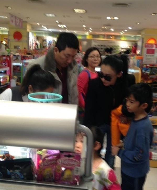 Truong Ba Chi hen ho dai gia co dinh xa hoi den o Singapore hinh anh 3 Tôn Đông Hải đi mua sắm cùng mẹ con Trương Bá Chi.