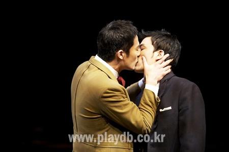 My nam 'Hoang hau Ki' ke chuyen hon dong gioi hinh anh 2 Ji Chang Wook khóa môi bạn diễn Kang Ha Neul trong vở kịch Thrill Me.