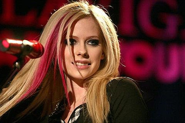 Avril Lavigne tung nam liet giuong 5 thang hinh anh