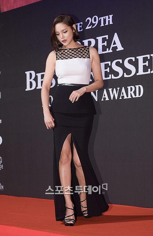 Vay xe ho henh cua my nhan Han hinh anh 9 Cựu hoa hậu kiêm diễn viên Park Si Yeon chỉnh đốn lại trang phục trên thảm đỏ dự sự kiện thời trang. Người đẹp mang phong cách thanh lịch pha trộn với nét gợi cảm từ chân váy xẻ tà cao.