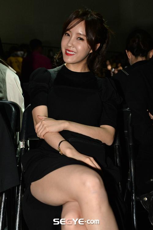 Vay xe ho henh cua my nhan Han hinh anh 11 Trong một sự kiện thời trang, Hyomin của T-ara quên che đậy phần đùi trong mà cô để lộ vì diện chân váy xẻ. Màn hớ hênh khiến nữ ca sĩ thần tượng phô bày da thịt hơn mức cần thiết.