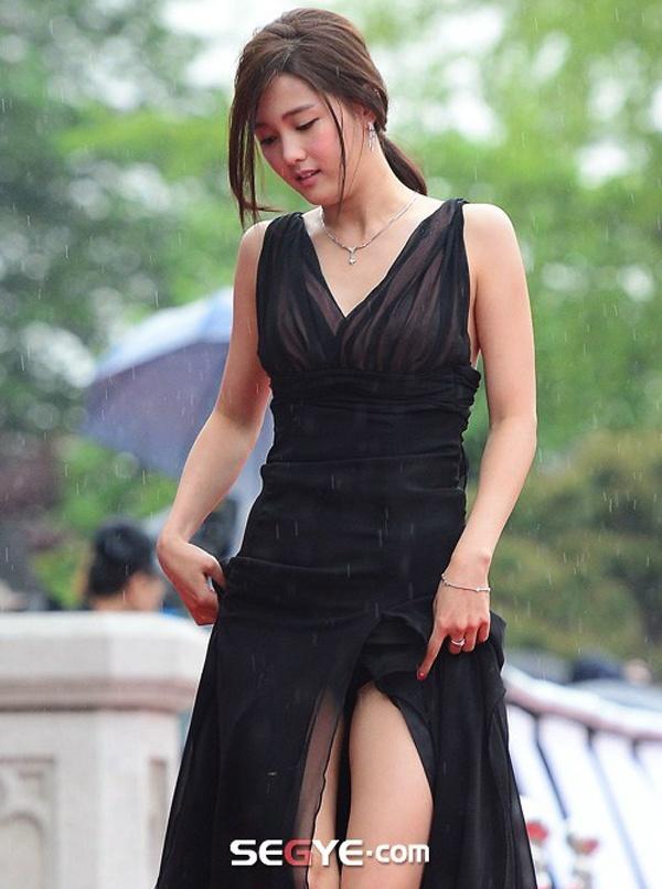 Vay xe ho henh cua my nhan Han hinh anh 4 Người đẹp Nam Bo Ra kéo vạt váy mà không để ý đến phần quần trong bị lộ. May mắn là cô diện quần trong cùng màu bộ váy nên tình huống không trở nên phản cảm.