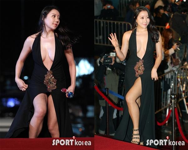 Vay xe ho henh cua my nhan Han hinh anh 5 Trường hợp của nữ diễn viên Na Ha Kyung là sản phẩm được sắp đặt trước. Cô cố tình diện bộ váy sexy xẻ cổ sâu và tà váy khi tham dự sự kiện Rồng xanh và té ngã tại đây để gây sự chú ý.