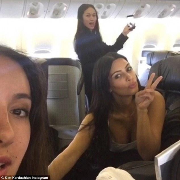 Kim Kardashian dien ao khong noi y o san bay hinh anh 6 Trên máy bay, Kim cũng khoe bức ảnh tự sướng với bạn bè, trong đó có chuyên gia làm tóc Jen Atkin.