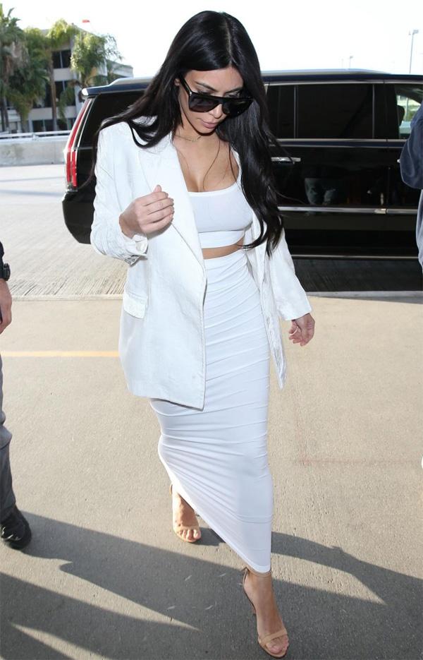 Kim Kardashian dien ao khong noi y o san bay hinh anh 4 Cùng ngày, Kim tiết lộ ý định sẽ tái bản cuốn sách ảnh chụp tự sướng Selfish vừa ra mắt cách đây không lâu. Phiên bản mới sẽ có thêm nhiều bức ảnh chưa được công bố.