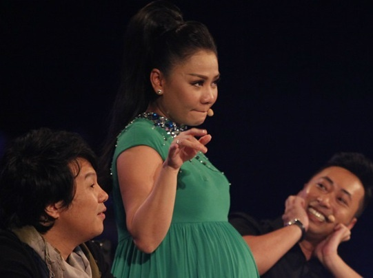 Thu Minh nhay sung tren ghe nong Vietnam Idol hinh anh