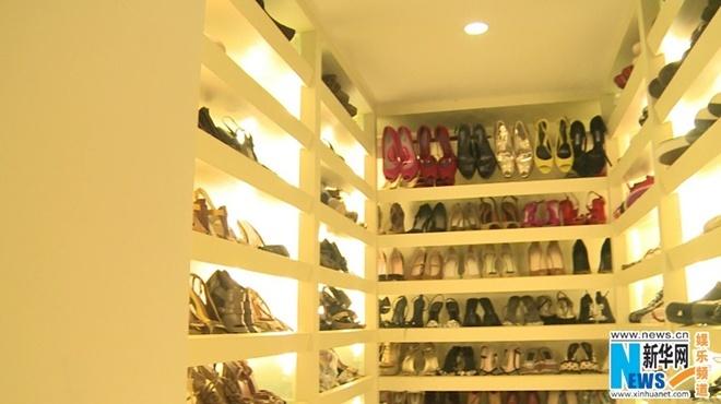 Tủ giày hàng hiệu của nữ chủ nhân.
