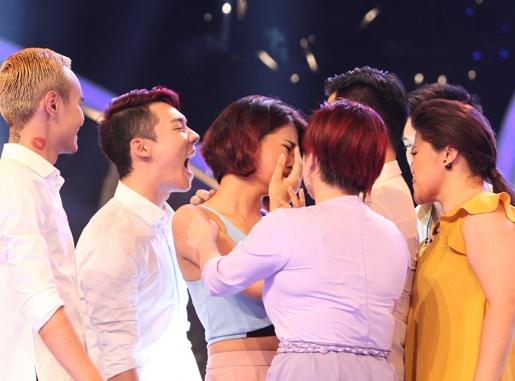 Ha Nhi bat khoc khi duoc cuu o Vietnam Idol hinh anh