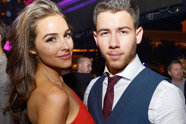 Nick Jonas chia tay ban gai Hoa hau hoan vu hinh anh