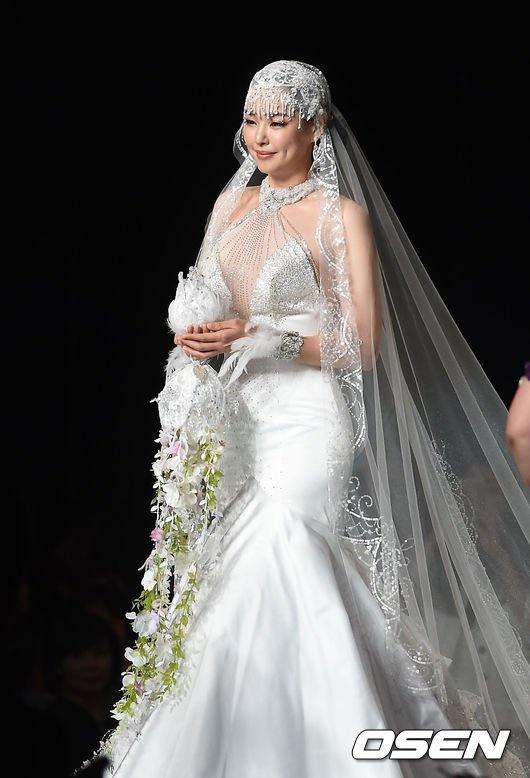 Hoa hau Han lo eo banh my khi lam nguoi mau hinh anh 1 Chiều tối 17/6, show diễn thời trang gây quỹ từ thiện được tổ chức tại khách sạn Grand Hyatt ở Seoul với sự tham gia của các nhà thiết kế và người nổi tiếng trong làng giải trí Hàn. Tại đây, Hoa hậu Hàn 2009 Lee Honey (tên thật là Lee Ha Nui) lên sân khấu với vai trò người mẫu.