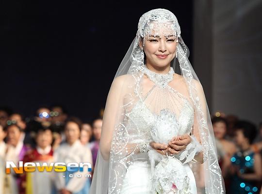 Hoa hau Han lo eo banh my khi lam nguoi mau hinh anh 4 Lee Honey được yêu mến nhờ vẻ đẹp ngọt ngào với đôi má lúm đồng tiền đã chinh phục được tài tử Yoon Kye Sang.
