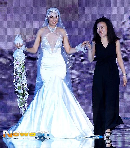 Hoa hau Han lo eo banh my khi lam nguoi mau hinh anh 6 Trong năm nay, kiều nữ 32 tuổi đóng vai công chúa trong bộ phim cổ trang Shine or Go Crazy . Ngoài đóng phim, Lee Honey còn tích cực tham gia đóng nhạc kịch. Cô là thành viên tích cực của dàn nhạc truyền thống Hàn Quốc KBS.  Ngoài Lee Honey, chương trình còn có sự tham gia trình diễn của diễn viên Song Il Kook, Chae Shi Ra…