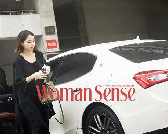 Vo Lee Byung Hun lan dau lo dien sau sinh hinh anh 1 Bà mẹ trẻ Lee Min Jung lần đầu bị bắt gặp ngoài phố sau khi sinh em bé.