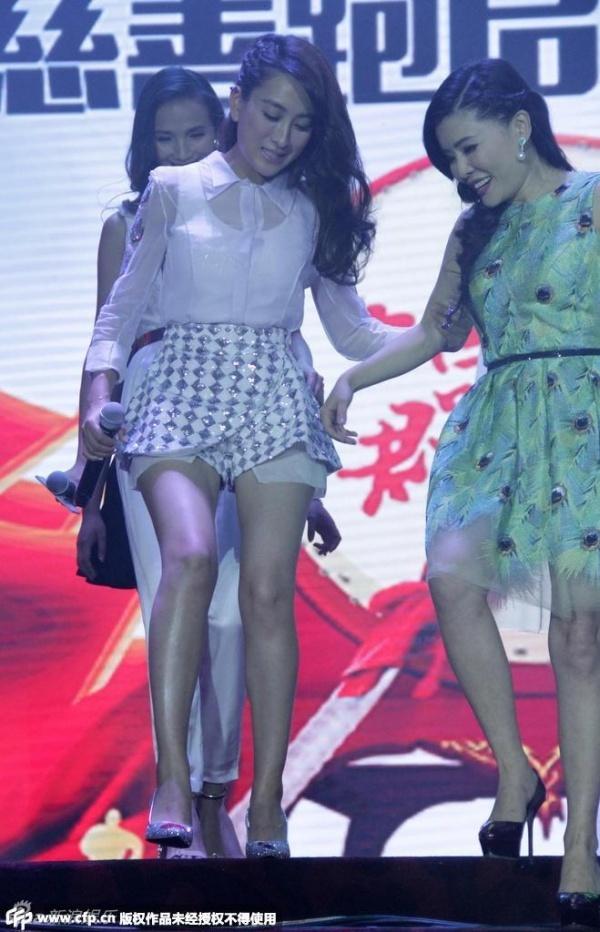 Sao nu Trung Quoc luong cuong vi so ho henh hinh anh 1 Ngày 26/6, nữ diễn viên nổi tiếng với vai Luyện Nghê Thường trong Bạch Phát ma nữ tham dự một sự kiện vì cộng đồng. Cô nổi bật với váy ngắn, tóc để xõa tự nhiên.