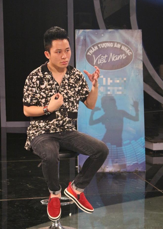 """Tung Duong ngoi ghe nong Vietnam Idol hinh anh 1 Chia sẻ về vai trò mới, ca sĩ Tùng Dương bày tỏ: """"Cách đây một thập kỷ, tôi cũng ở thời điểm bắt đầu tham dự các cuộc thi nhằm tìm kiếm cơ hội giới thiệu giọng hát, bản thân đến công chúng. Giờ đây, khi ngồi ghế nóng, tôi thấy mình trong các bạn. Vì vậy, tôi sẽ mang kinh nghiệm riêng để cùng họ giao lưu, chia sẻ. Tôi muốn nhắc các bạn rằng, con đường nghệ thuật rất chông gai nên mỗi người phải nỗ lực không ngừng mới có thể đạt tới thành công""""."""