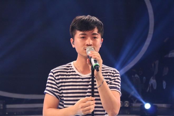"""Tung Duong ngoi ghe nong Vietnam Idol hinh anh 7 Riêng Minh Quân, anh nhận định: """"Cậu ấy có chất giọng ấm phù hợp với những bài pop ballad. Dù vậy, đó cũng là một khuyết điểm vì Quân vẫn còn thu mình, chưa có cách xử lý tác phẩm đa dạng. Tuy nhiên, bù lại, cậu ấy rất dễ thương, cách hát chân thật nên sẽ được lòng khán giả trẻ""""."""