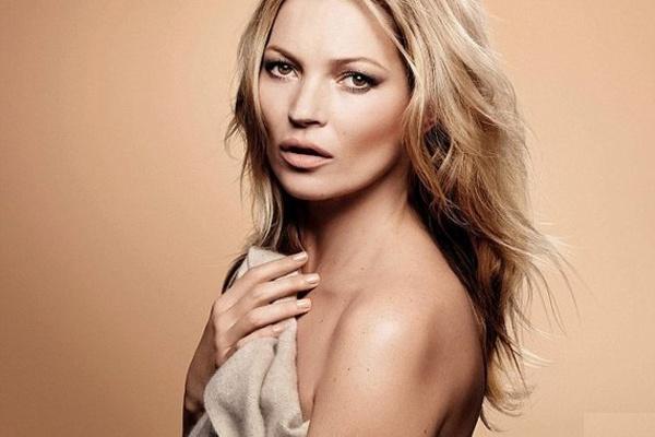 Kate Moss gia tu chup anh khoa than hinh anh