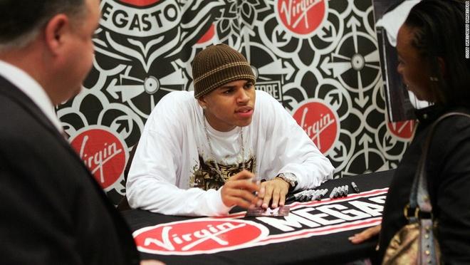 Chris Brown bi cam roi Philippines vi kien tung hop dong hinh anh 1