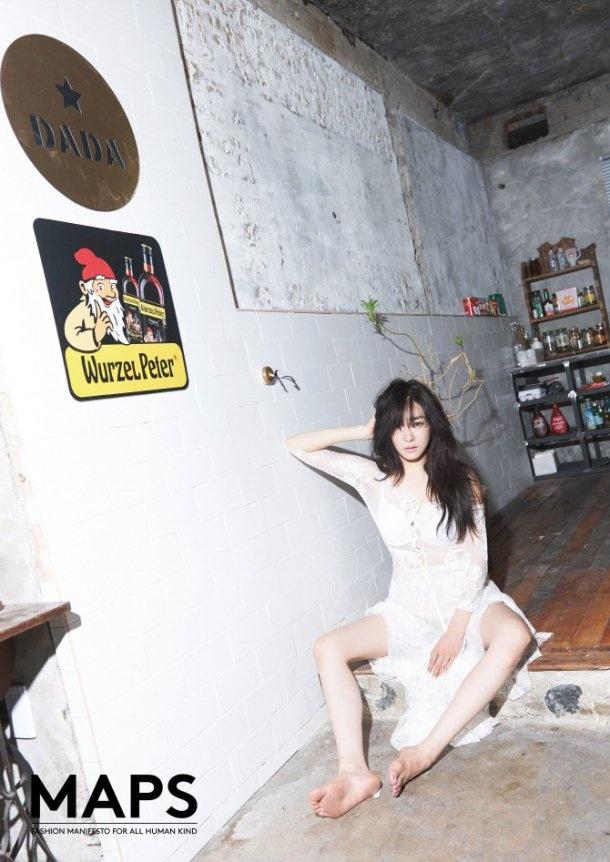Cô để xõa mái tóc dài, diện những trang phục ren xuyên thấu. Tiffany không ngại phô bày nội y một cách khéo léo.